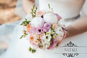 Свадебный букет из кремовой розы, фрезии, пионов и эустомы